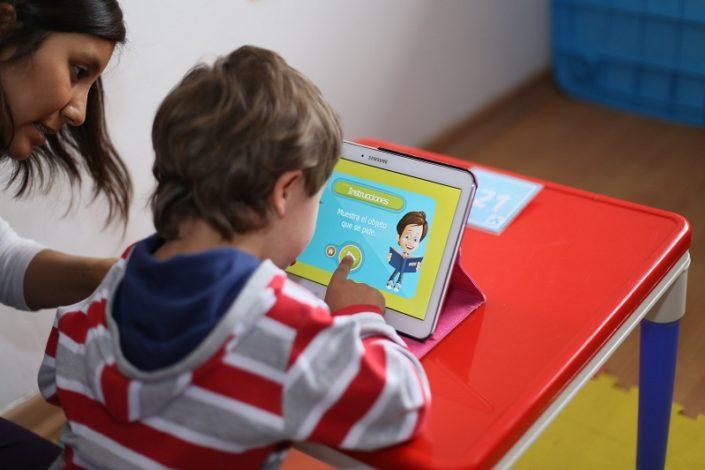 Niño utilizando una APP en una tablet
